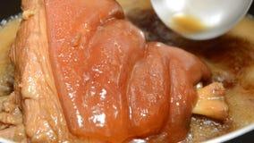 杓子挖出的汤选矿炖了煮沸在烹调的猪肉腿罐 股票视频
