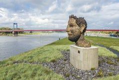 杜伊斯堡,德国- 2017年10月03日:马库斯创造的波塞冬的雕塑回声Lueppertz招呼 库存图片