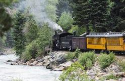 杜兰戈和Silverton窄片铁路蒸汽引擎沿生命河,科罗拉多,美国移动 免版税库存照片
