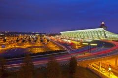 杜勒斯国际机场几何在晚上 库存图片