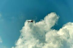 杜塞尔多夫德国03, 09 2017年柏林航空航空公司空中客车A320-232离去的跑道起飞蓝色多云天空 库存照片