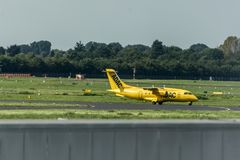 杜塞尔多夫,德国03 09 2017年:ADAC救护机往离去的跑道的出租汽车飞机杜塞尔多夫国际机场 库存照片
