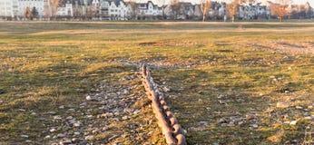 杜塞尔多夫,德国- 2017年1月20日:一条老锚链为古老运输服务提供证明书在河Rhi 免版税库存照片