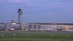 杜塞尔多夫,德国- 2017年10月12日:交通继续前进杜塞尔多夫机场舷梯  股票录像