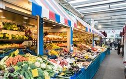 杜塞尔多夫,德国- 2017年1月05日:在Carslplatz市场上的长的水果市场摊 图库摄影