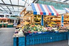 杜塞尔多夫,德国- 2017年1月05日:在Carslplatz市场上的长的水果市场摊 库存图片