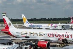 杜塞尔多夫,德国2017年9月03日:空中客车A320柏林航空在杜塞尔多夫机场,当乘出租车时 免版税库存图片