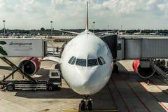 杜塞尔多夫,德国2017年9月03日:空中客车A320柏林航空在杜塞尔多夫机场,当乘出租车时 库存照片