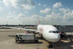杜塞尔多夫,德国2017年9月03日:空中客车A320柏林航空在杜塞尔多夫机场,当乘出租车时 库存图片