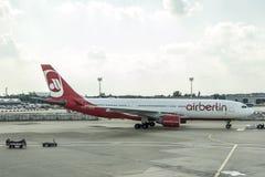 杜塞尔多夫,德国2017年9月03日:空中客车A320柏林航空在杜塞尔多夫机场,当乘出租车时 图库摄影