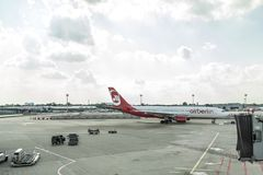 杜塞尔多夫,德国2017年9月03日:空中客车A320柏林航空在杜塞尔多夫机场,当乘出租车时 免版税图库摄影
