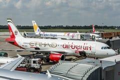 杜塞尔多夫,德国2017年9月03日:空中客车A320柏林航空etihad在杜塞尔多夫机场,当乘出租车时 库存图片