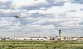 杜塞尔多夫,德国- 2017年10月13日:起动在杜塞尔多夫机场的汉莎航空公司飞机 库存照片
