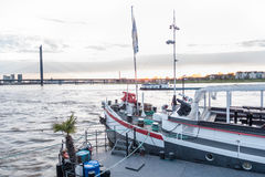 杜塞尔多夫,德国- 2017年3月12日:在莱茵河散步的一艘历史的餐馆船等待得到为做准备 图库摄影