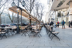 杜塞尔多夫,德国- 2017年3月12日:未认出的顾客沿Koenigsallee漫步并且通过一个风景咖啡馆与 免版税库存图片