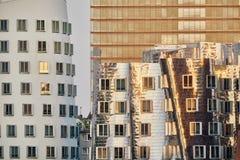 杜塞尔多夫,德国- 2016年9月14日:现代门面在媒介港口反射日落 库存照片
