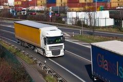 杜塞尔多夫,德国- 2月16 :在高速公路的运输卡车 库存照片