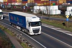 杜塞尔多夫,德国- 2月16 :在highwa的运输卡车 库存照片