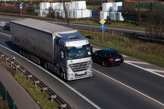 杜塞尔多夫,德国- 2月16 :在highwa的运输卡车 库存图片