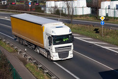 杜塞尔多夫,德国- 2月16 :在highwa的运输卡车 免版税图库摄影