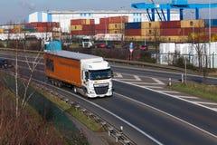 杜塞尔多夫,德国- 2月16 :在highwa的运输卡车 免版税库存照片