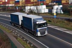 杜塞尔多夫,德国- 2月16 :在highwa的运输卡车 免版税库存图片
