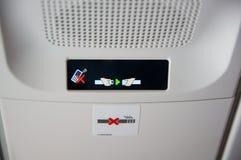 杜塞尔多夫- 2016年7月22日:没有流动的新航A350和紧固在飞机里面的安全带标志 库存照片