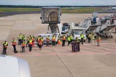 杜塞尔多夫- 2016年7月22日:飞机为起飞做准备在终端门,离开就职飞行向新加坡 库存照片