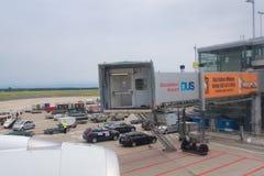 杜塞尔多夫- 2016年7月22日:飞机为起飞做准备在终端门,离开就职飞行向新加坡 库存图片