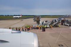杜塞尔多夫- 2016年7月22日:飞机为起飞做准备在终端门,离开就职飞行向新加坡 免版税库存照片