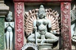 杜尔加雕塑在gopuram或200年寺庙上面的 免版税库存照片