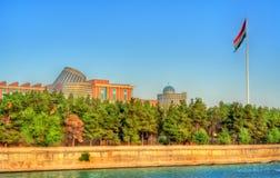 杜尚别看法有Varzob河和旗杆的 塔吉克斯坦,中亚 免版税库存照片