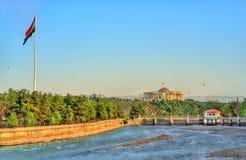 杜尚别看法有Varzob河和旗杆的 塔吉克斯坦,中亚 库存照片