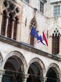 杜布罗夫尼克、老镇、克罗地亚人和欧洲旗子 免版税库存图片