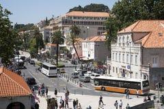 杜布罗夫尼克克罗地亚公共汽车和教练上的点堆门外 免版税图库摄影