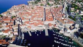 杜布罗夫尼克空中飞行视图,古镇在克罗地亚 股票录像