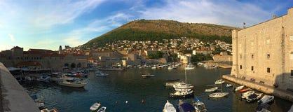 杜布罗夫尼克老市港口,克罗地亚全景  免版税库存照片