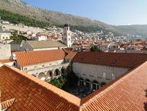 杜布罗夫尼克耶路撒冷旧城屋顶和方济会修道院在杜布罗夫尼克 免版税库存照片