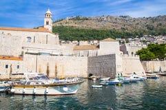 杜布罗夫尼克,克罗地亚,在亚得里亚海老镇的美丽如画的看法和口岸中世纪拉古萨和达尔马希亚海岸  库存图片