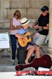 杜布罗夫尼克,克罗地亚,2015年6月 街道音乐家在老城市的中心广场 免版税库存照片