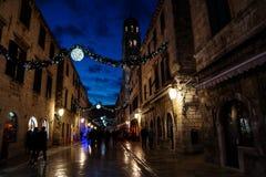 杜布罗夫尼克,克罗地亚- 2015年12月31日:用圣诞灯和装饰品装饰的Stradun老街道,发光在浪漫a 免版税库存照片