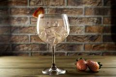 杜松子酒补品和strawberrys 免版税库存图片