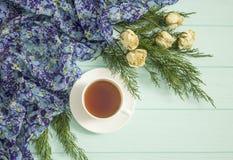 杜松茶与干玫瑰的和分支  图库摄影