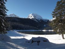 杜米托尔国家公园山和黑湖的冬天全景 库存图片