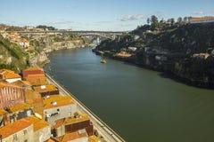 杜罗河河顶视图在波尔图的中心 在1996年,联合国科教文组织认可了波尔图老镇作为世界遗产名录站点 免版税库存照片