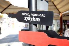 杜罗河的酒瓶标志在葡萄牙 库存图片