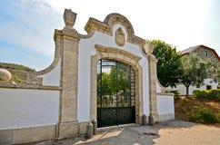 杜罗河谷:在一个葡萄园前面的历史的拱道在Pinhao,葡萄牙附近 免版税库存照片