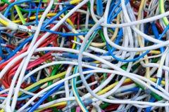 束不同的颜色电导线与缆绳的用力拖 免版税库存照片