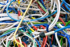 束不同的颜色电导线非常交错 库存图片