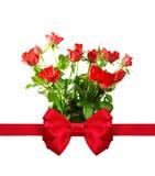 束与一把红色弓的玫瑰。 库存图片